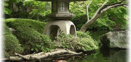 Классический каменный фонарь добавит восточный стиль