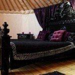 Богатые цвета, такие как темно-красные или фиолетовые очень популярны в готических интерьерах