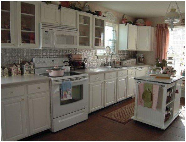 Белая техника на кухне в стиле коттедж