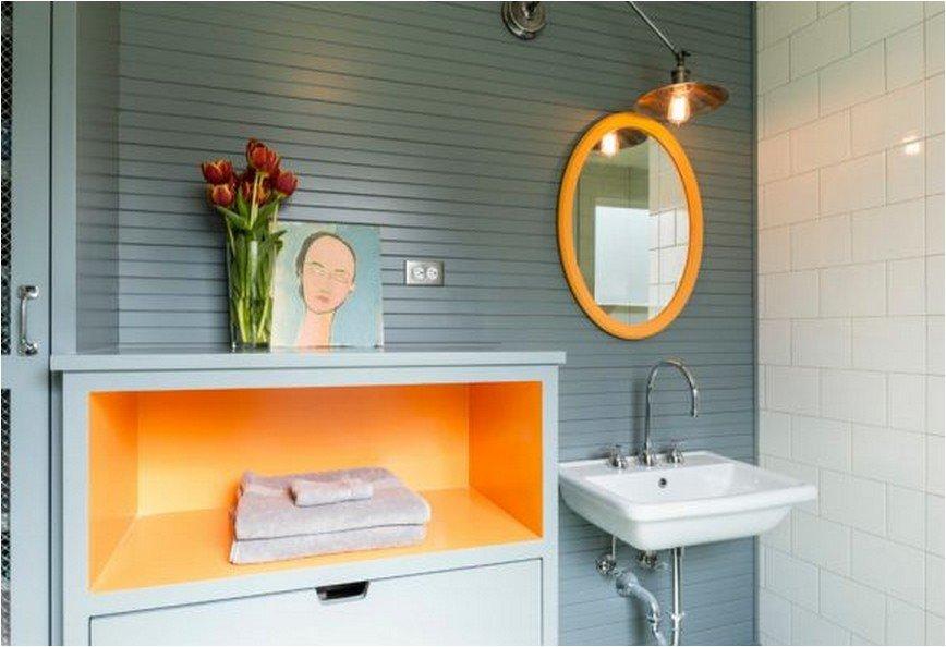 Яркие цвета полки в ванной