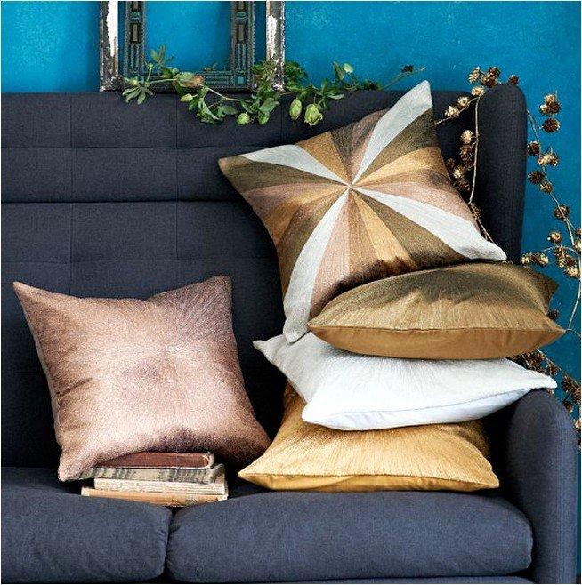 Подушки с металлическим блеском в зимнем декоре