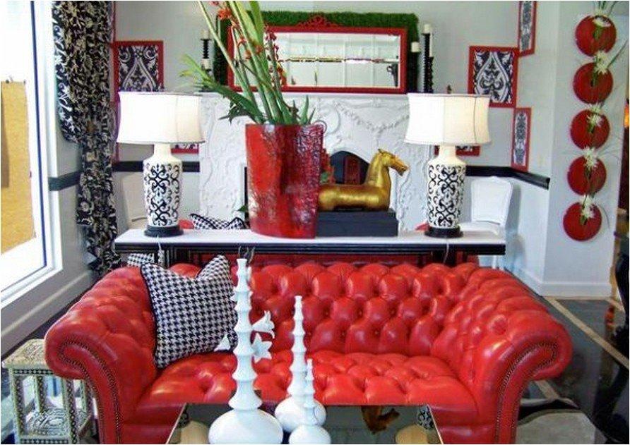 Красный кожаный диван в эклектичном стиле