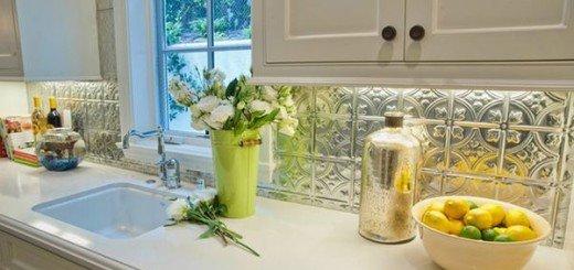 Металлический кухонный фартук  с красивым дизайном подходит для традиционных интерьеров