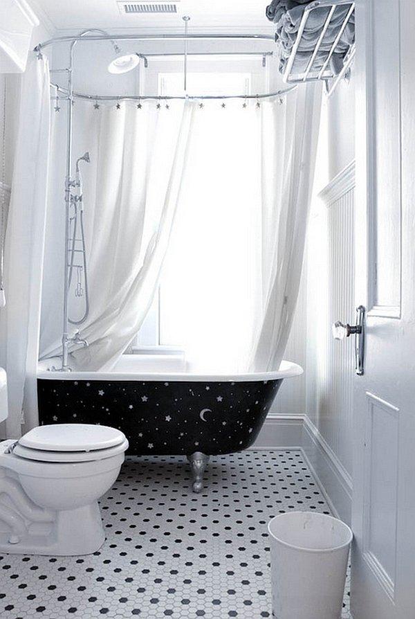 Черная ванна в белом интерьере
