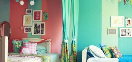 Маленькая детская для двоих детей,занавеска разделяет комнату