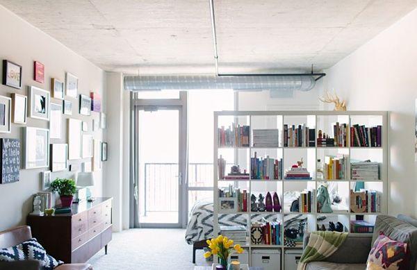 Дизайн интерьера квартиры студии, интересные идеи, стеллаж разделяет на зоны