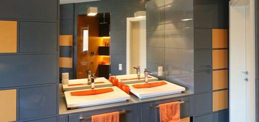 Высоки шкафы в ванной комнате  вокрууг раковины