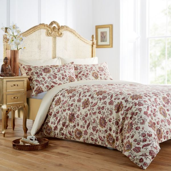 Цветы у кровати и на постельном белье