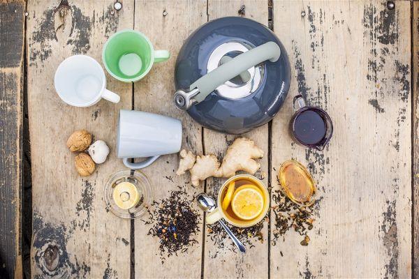 Осенние идеи для дома как подавать чай чайник со свистком и разноцветная посуда