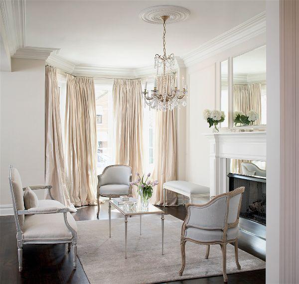 Дизайн интерьера в белом цвете сочетается с любыми цветами