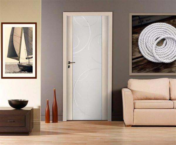 Межкомнатные двери белого цвета  можно декоративно оформить