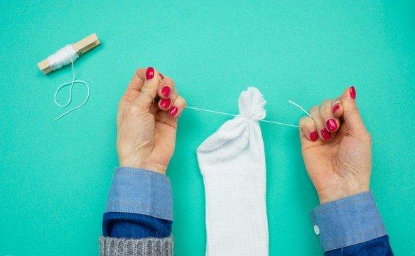 Как сделать снеговика из носка своими руками шаг 4