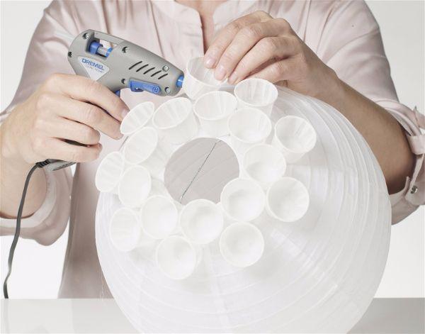 Можно сделать светильник  из бумажных стаканчиков шаг 4