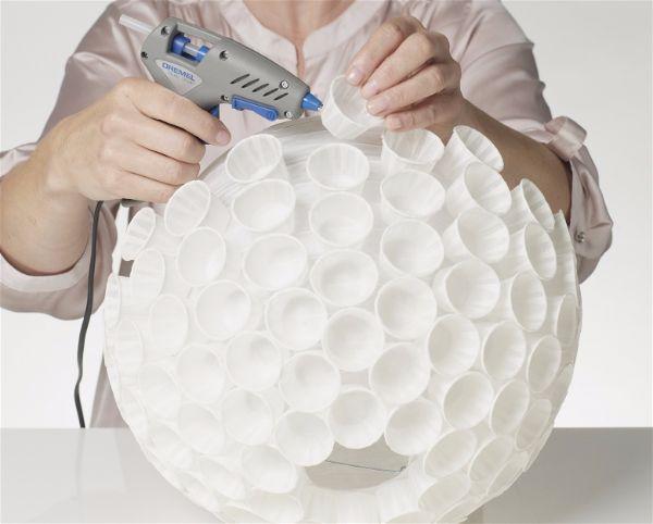 Можно сделать светильник  из бумажных стаканчиков шаг 6