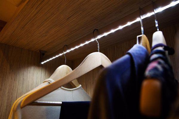 Современное освещение. Светодиодная лента в интерьере шкафа