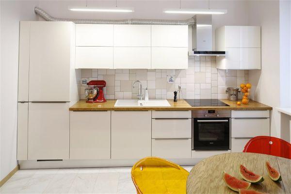 Длинные- плоские- висячие лампы являются современным акцентом на кухне