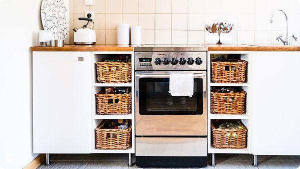 Идеи организации хранения на кухне используя корзины