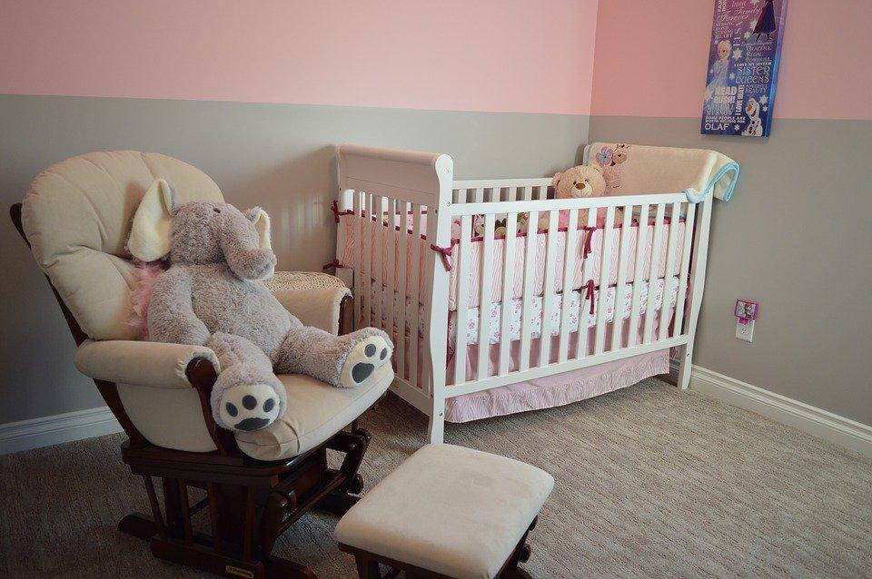 Кресло и кроватка в детской