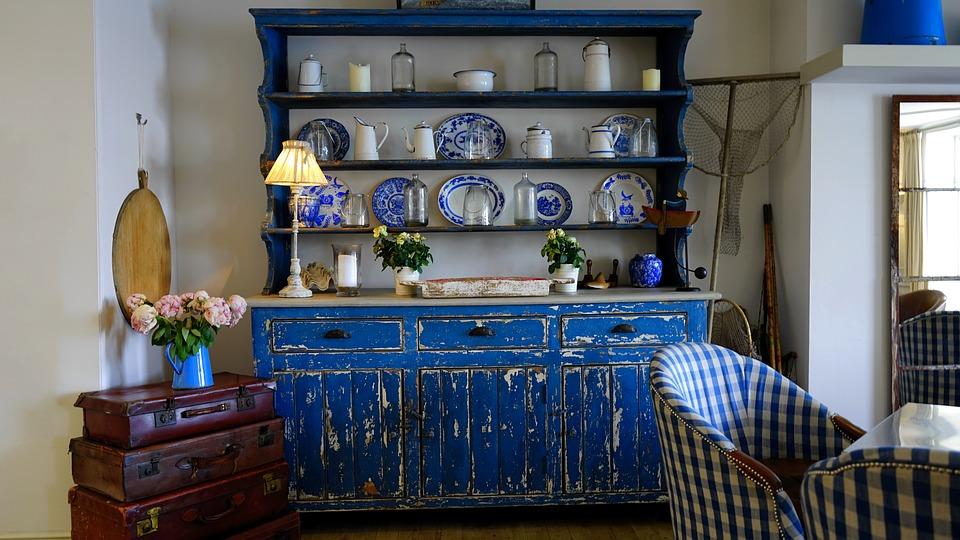 Кухонные полки с голубой посудой