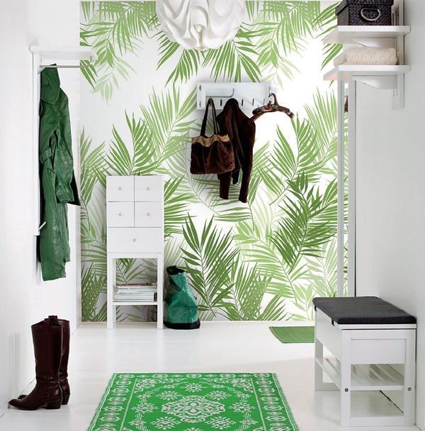 Растительный рисунок на стенах прихожей