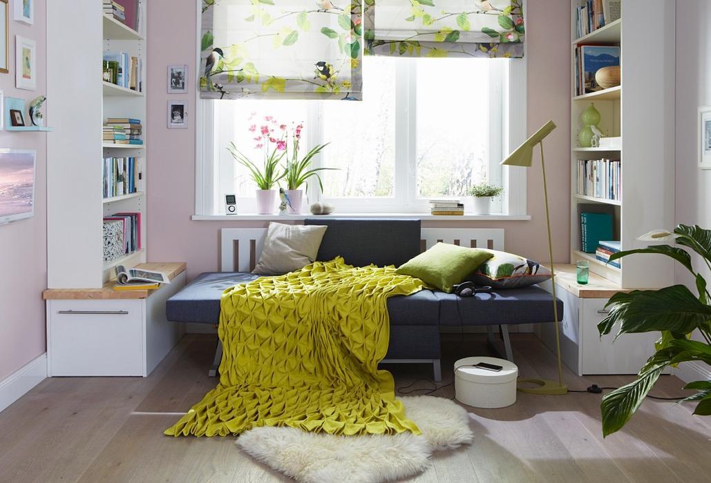 Сочетание желтого и свежей зелени , плед и шторы
