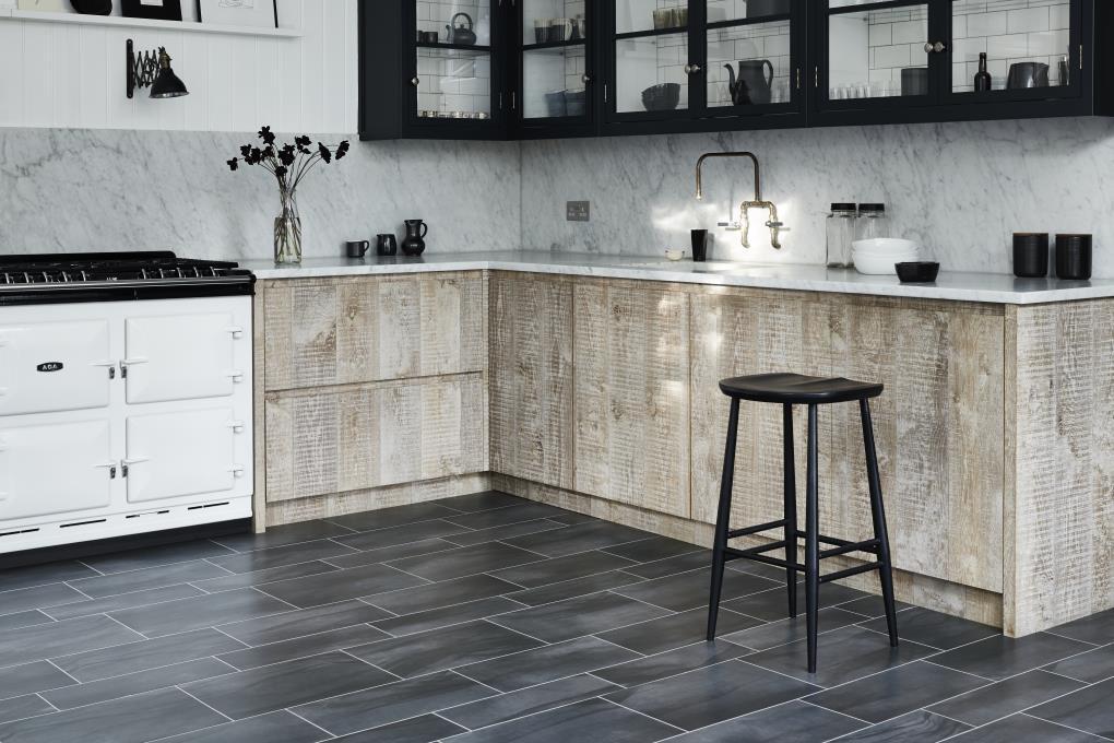 Темный пол на кухне из виниловых плиток