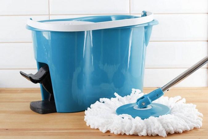 Ведро и швабра пригодятся в конце уборки – для мытья полов [чайник]