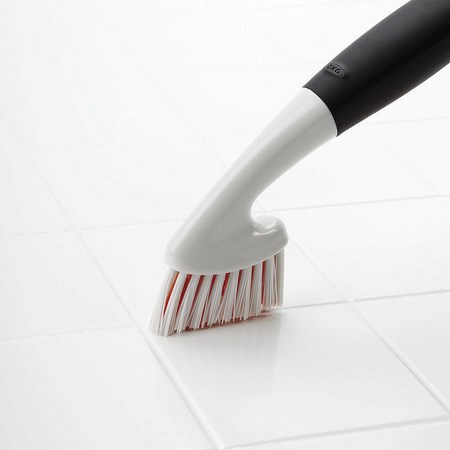 зубной щеткой зетереть швы на плитке
