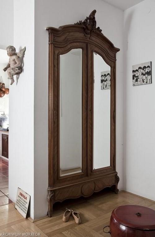 Большая зеркальная дверца шкафа