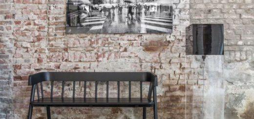 Кирпичеая стена и широкая лавка