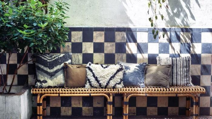 Плетеная лавка с декоративными подушками