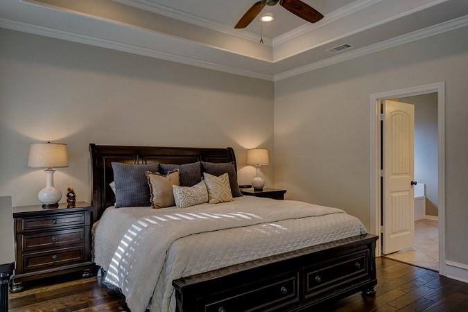 светлые стены в комнате