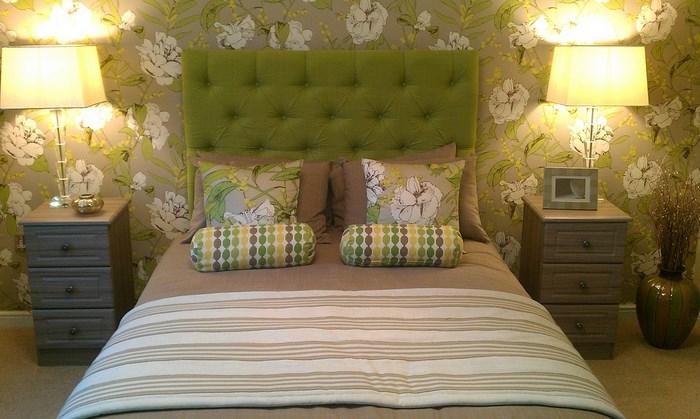 зеленые обои и подушки на кровати