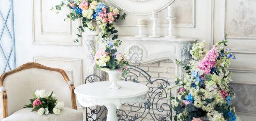 букет цветов на белом столе