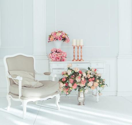 белое кресло и цветы