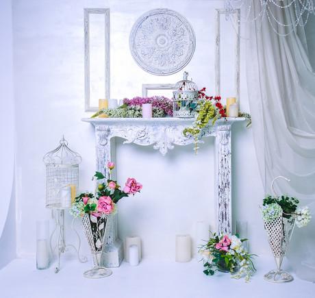 зеркало на белом фоне и цветы