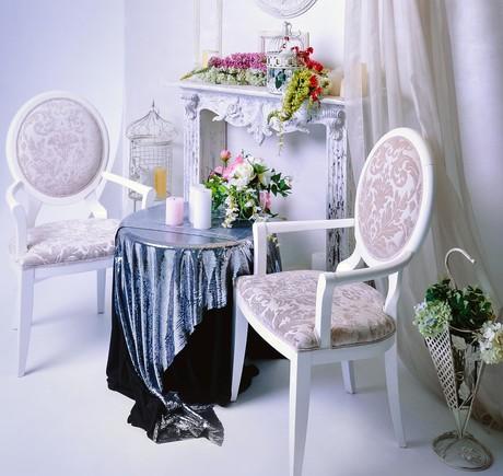 стул и покрывало