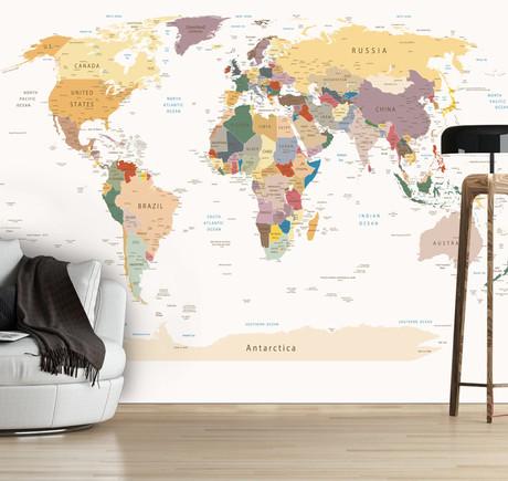 белая стена с картой