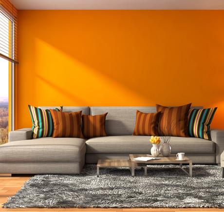 оранжевая стена и серый диван