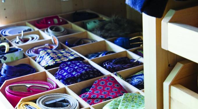 галстуки и ремни аккуратно сложены