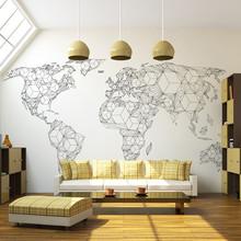 белая стена в гостиной с картой