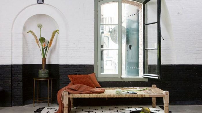 широкая скамья у окна