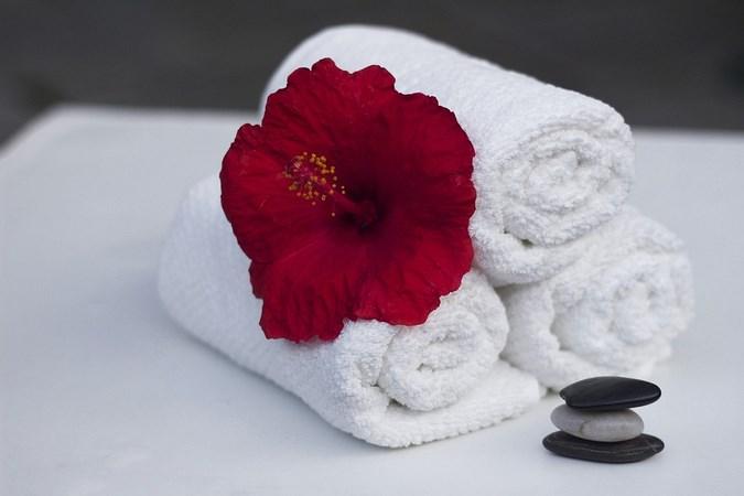 красный цветок на белом полотенце