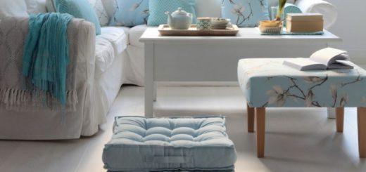 белая мебель и голубые подушки