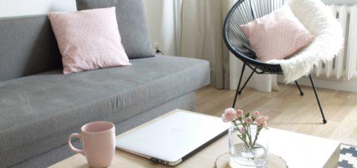серый диван и журнальный столик в гостиной