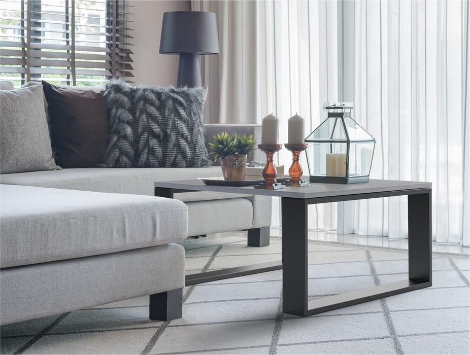 современный диван и журнальный столик