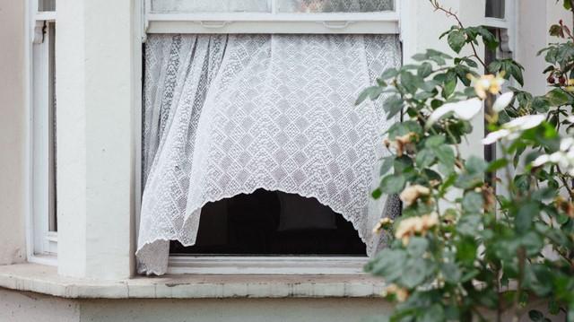 Летом спать при открытых окнах