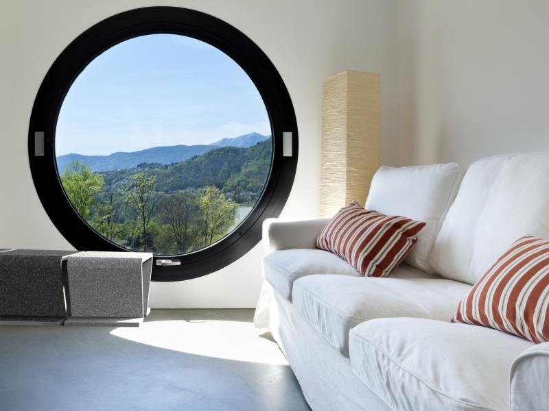 белый диван и круглое окно