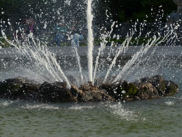 бьющая из камней вода