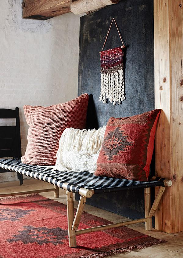 Ковры и подушки,прекрасные, яркие оттенки относятся к культуре Дальнего Востока